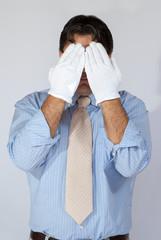 Uomo con i guanti bianchi
