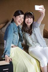 スマホで撮影する若い女性2人
