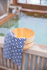 露天風呂と風呂桶と手拭い