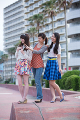 遊歩道に立つ若い女性3人