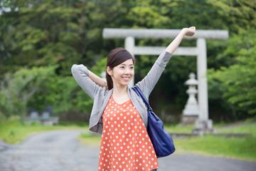 パワースポットを旅する若い女性