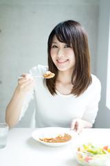 カレーライスを食べる女性