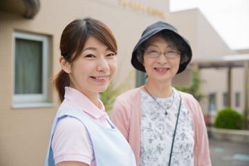 笑顔の介護福祉士とシニア女性