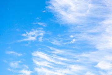 nuages effilochés sur fond de ciel bleu pur