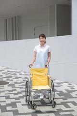 車いすを押す介護福祉士