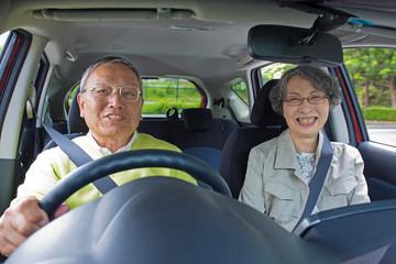 ドライブに出掛ける老夫婦