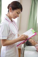 書類に記載をする看護師