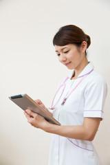 タブレット端末を操作する看護師