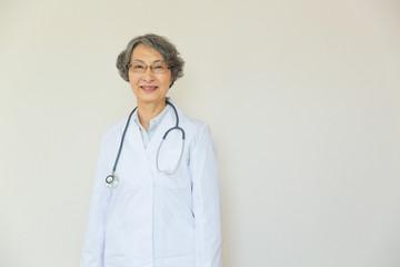シニアの女性医師のポートレート
