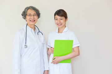 並んで立つ女性医師と看護師
