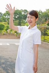 手を振る看護師