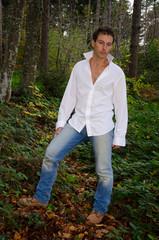 Uomo alla moda in posa nel parco in autunno