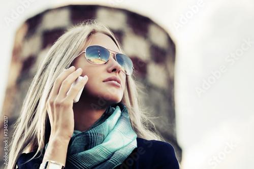 Leinwanddruck Bild Blond fashion woman calling on the cell phone