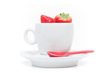 tasse de café remplie de fraises