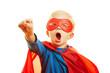 Kind verkleidet sich als Superheld