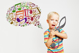 Kind mit Notenschlüssel singt Noten