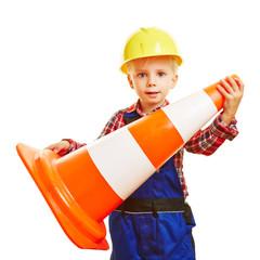 Kind als Handwerker trägt Verkehrshütchen