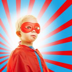 Stolzes Kind als Superheld vor Hintergrund