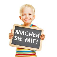 Kind hält Tafel mit Machen sie mit!
