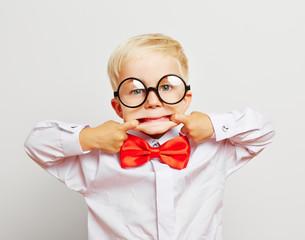 Kind als Hipster zieht Grimasse