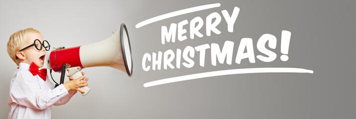 Kind mit Megafon ruft Merry Christmas!