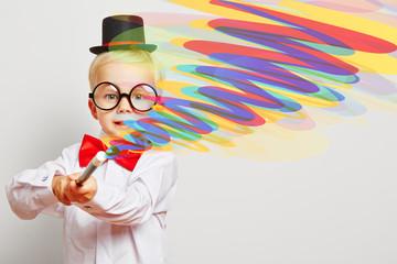 Kind als Zauberer zaubert bunte Farben