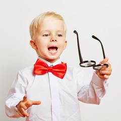 Kind nimmt Brille ab