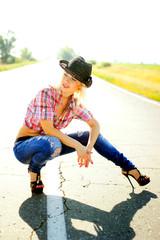 Девушка ковбой на дороге