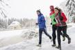 gemeinsam Laufen im verschneiten Park