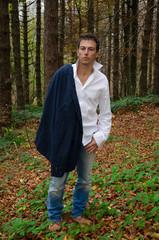 Uomo d'affari in giacca e camicia