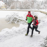 junges Paar beim Laufen im winterlichen Park