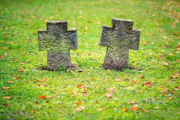 Grabkreuze auf dem Friedhof