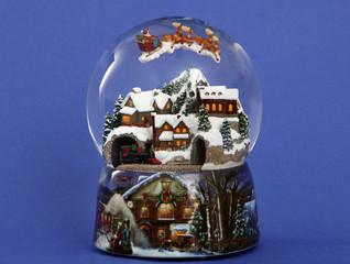 Schneekugel mit Weihnachtslandschaft