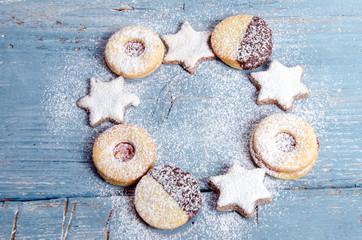 Frohe Weihnachten: Weihnachtsgebäck auf blauem Brett :)