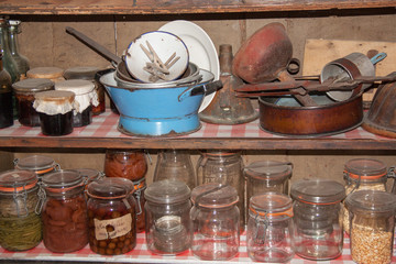 Etagère ancienne avec bocaux et matériel cuisine