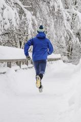Läufer im verschneiten Park