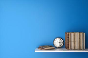 Alte Bücher im Regal mit Uhr