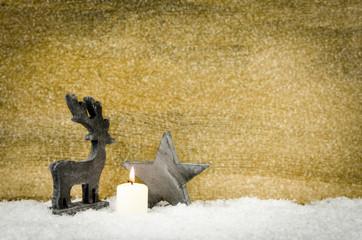 hirsch und stern mit kerze im schnee