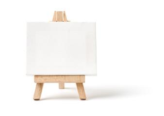 Staffelei mit leerer Leinwand vor weißem Hintergrund