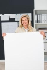 geschäftsfrau zeigt weißes plakat