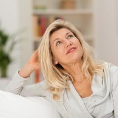entspannte ältere frau schaut nach oben