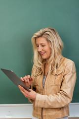 lehrerin benutzt tablet-pc