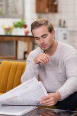 student liest stellenanzeigen in der zeitung