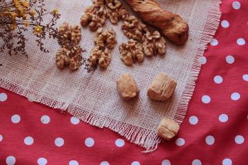 galletas nueces sobre la mesa