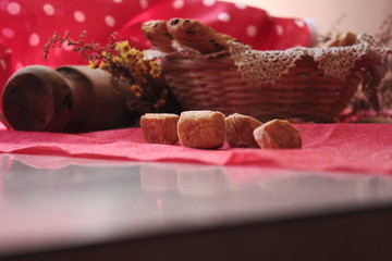 panes y galletas en la mesa de la cocina