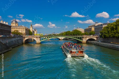 Papiers peints Pont Tourist boat on river Seine in Paris, France