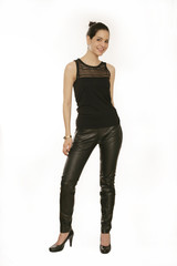 Frau in schwarzer Hose