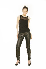 junge Frau in schwarzer Lederhose