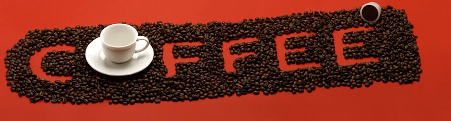 Coffee con chicchi e tazzina su sfondo rosso