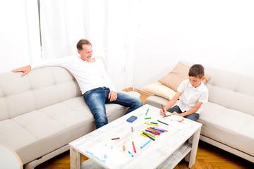 Vater und Sohn zuhause